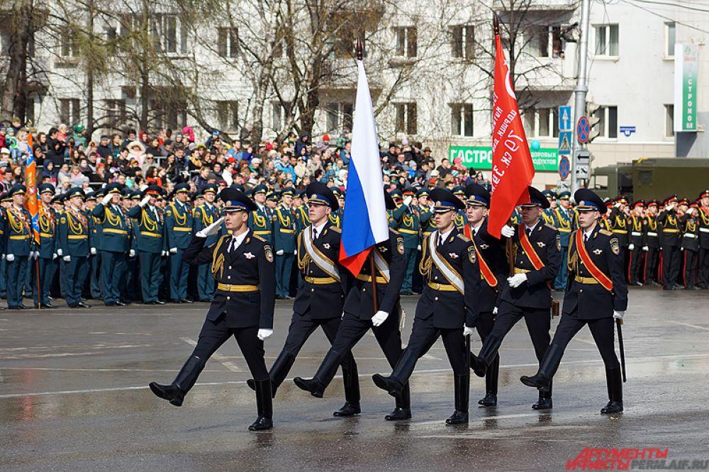 Вынос флага России и Знамени Победы. Знаменную группу составили курсанты Кремлевского полка.