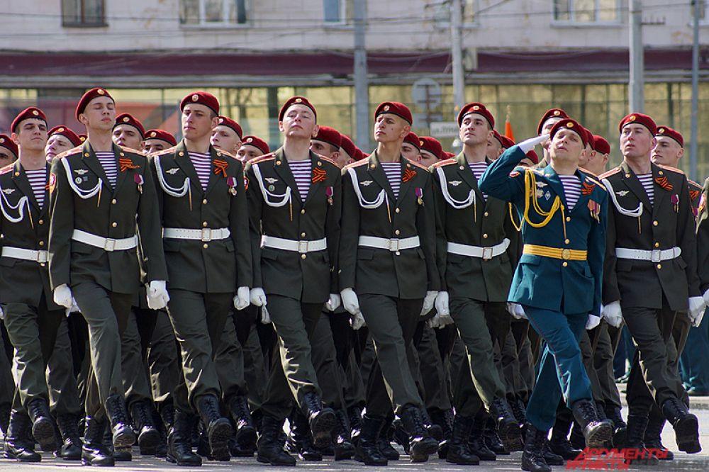 Среди них – сотрудники МЧС, ФСИН, кадеты, суворовцы и военнослужащие гарнизона «Сокол».