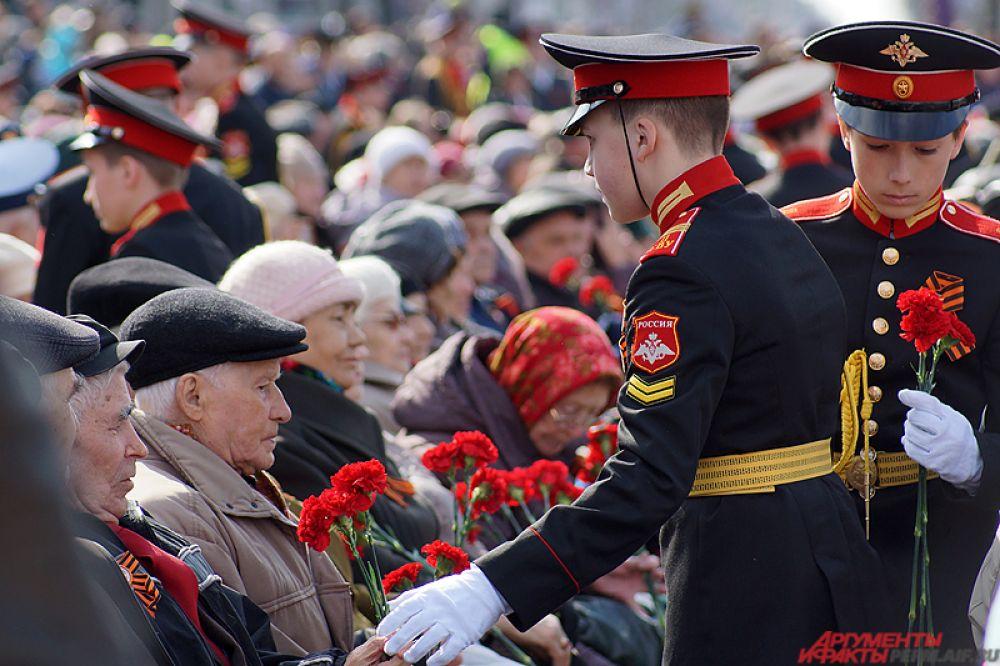 После молодые кадеты подарили цветы ветеранам.
