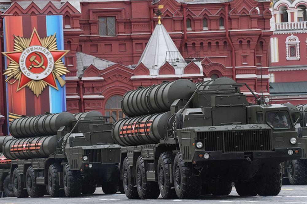Зенитный ракетный комплекс С-400 «Триумф» на военном параде на Красной площади, посвящённого 72-й годовщине Победы в Великой Отечественной войне.