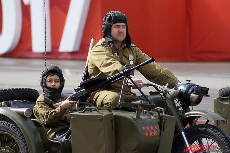 Тяжелый боевой советский мотоцикл.