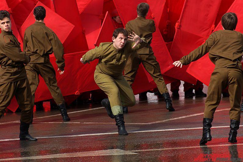 Зрелищное представление сопровождалось танцами.