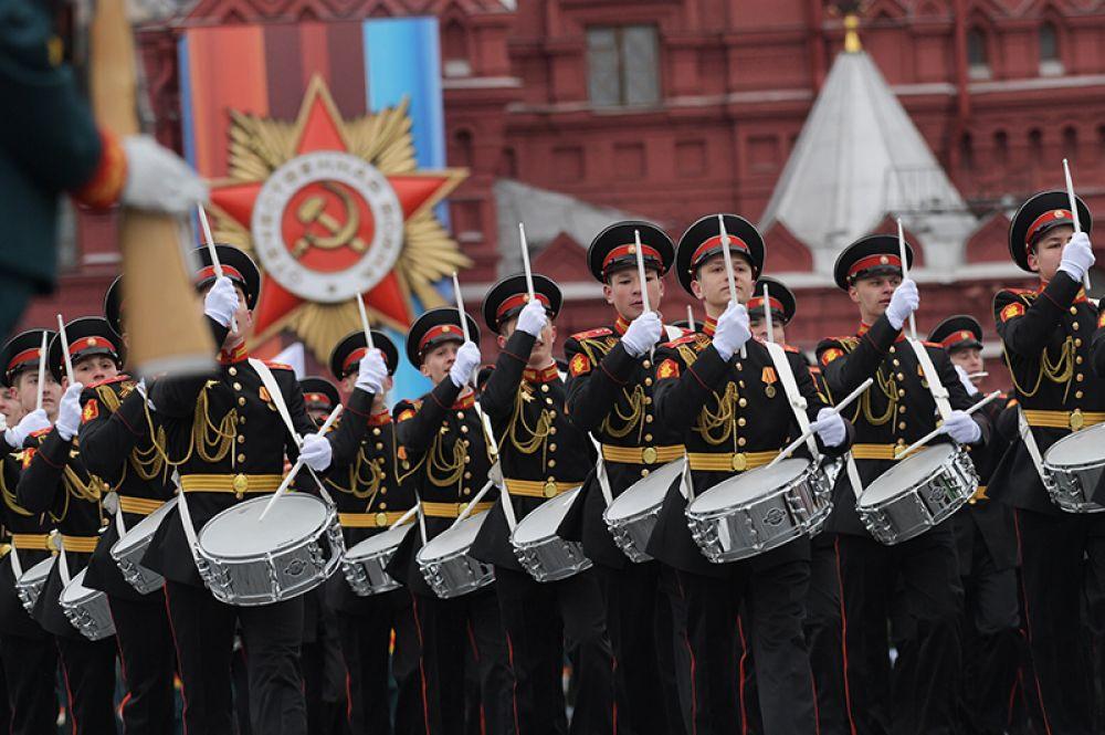Курсанты на военном параде, посвященном 72-й годовщине Победы в Великой Отечественной войне.