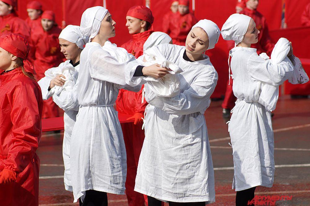 Артисты в ярких костюмах показали важные этапы войны – от взятия Берлина до празднования Дня Победы.