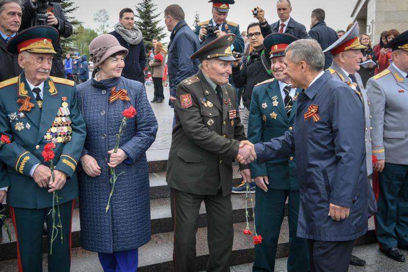 В Парке Победы президент поприветствовал участников ВОВ (в кадре он здоровается в Борисом Кузнецовым).