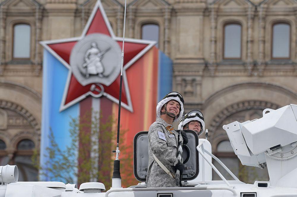 Военнослужащий во время военного парада на Красной площади, посвящённого 72-й годовщине Победы в Великой Отечественной войне.