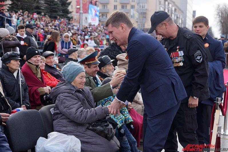Губернатор Пермского края Максим Решетников лично поприветствовал всех участников войны и тружеников тыла на трибунах.