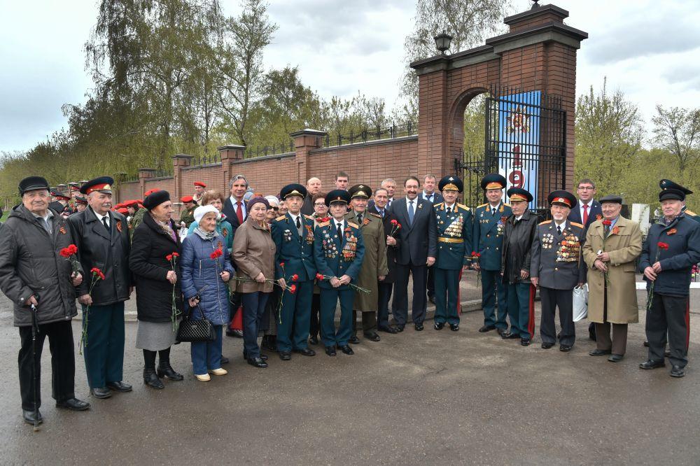 Возложение цветов на Арском кладбище с участием премьер-министра РТ Алексея Песошина.