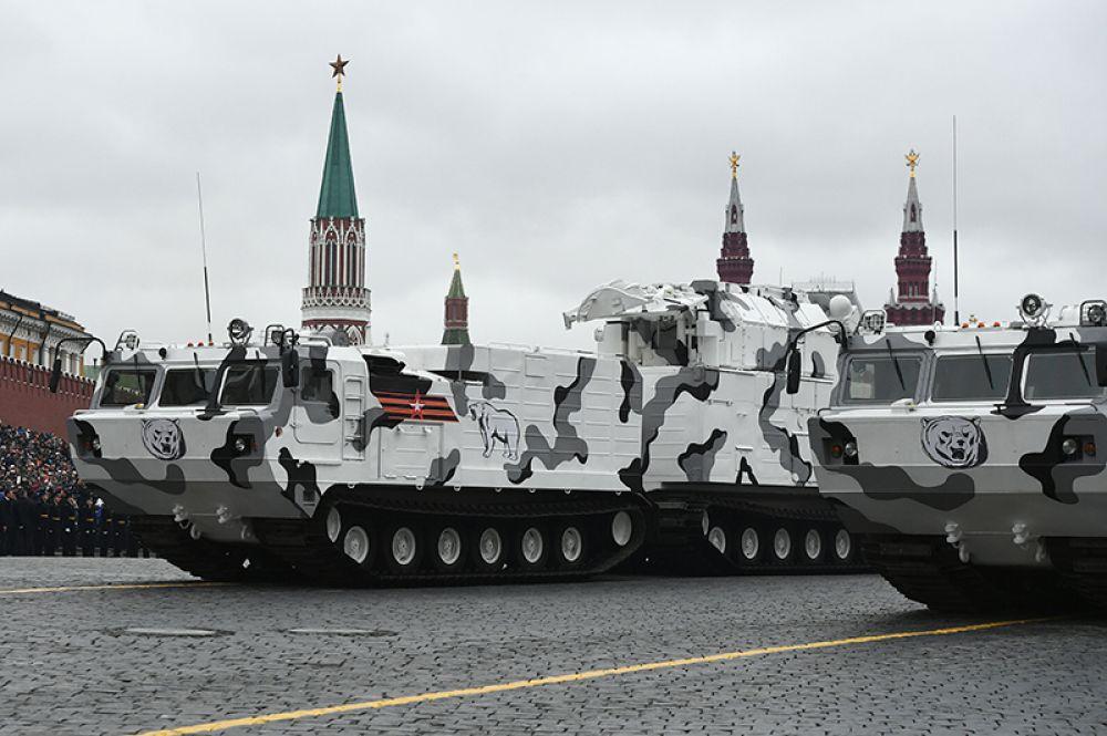 Зенитно-ракетный комплекс «Тор М2» на базе вездехода ДТ-30 на военном параде на Красной площади, посвященном 72-й годовщине Победы в Великой Отечественной войне.