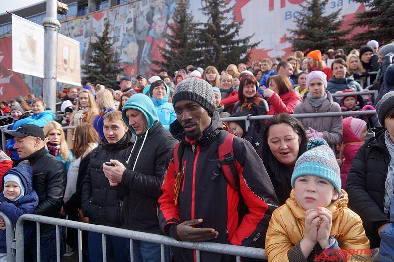 Специально к параду Победы на Октябрьской площади установили трибуны для зрителей, рассчитанные на 12 тысяч человек.