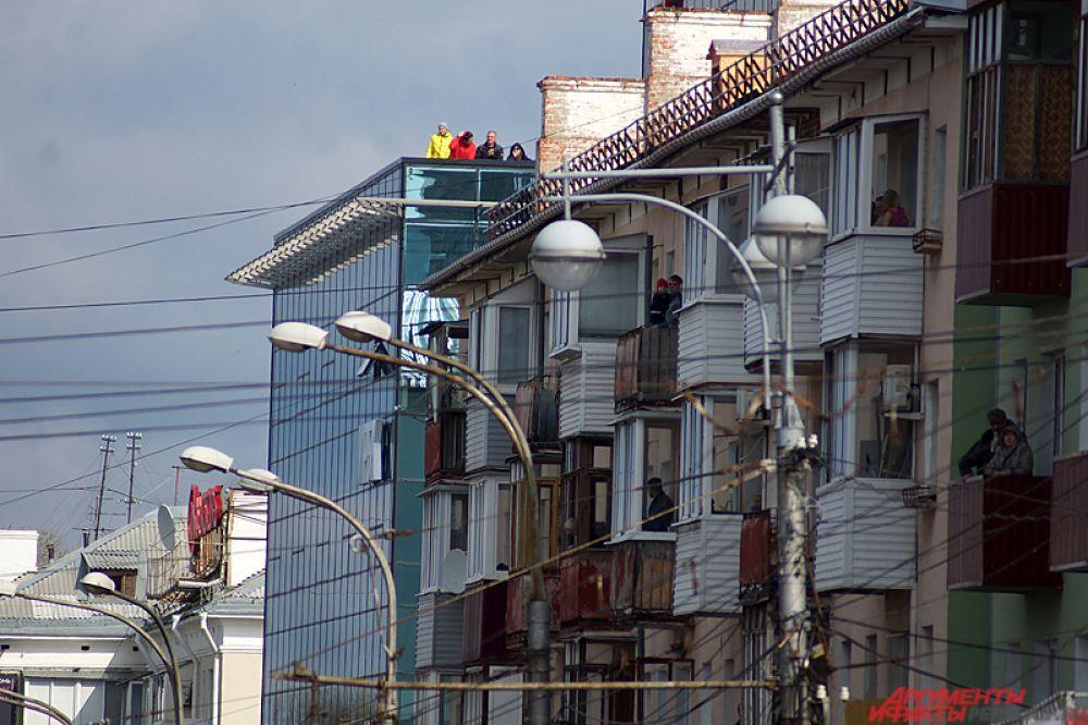 Часть пермяков наблюдало за происходящим из окон, балконов и даже крыш соседних домов.