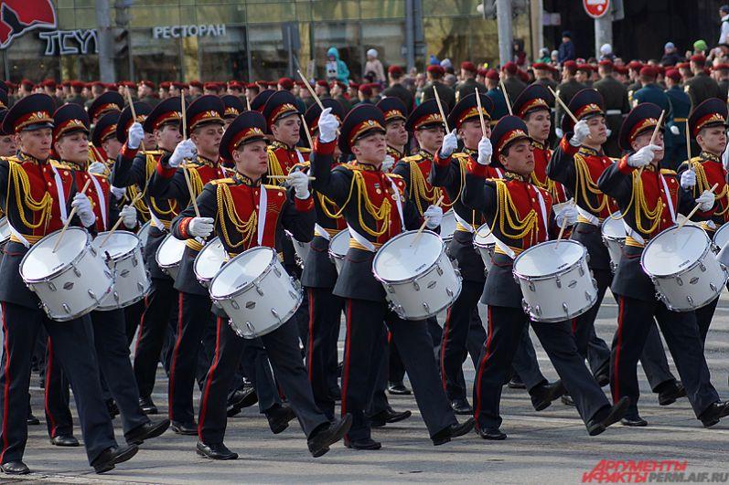 Возглавили шествие кадеты-барабанщики.