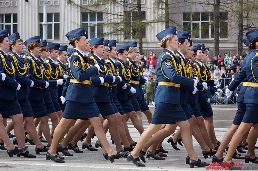 По площади прошлась и женская колонна военных.