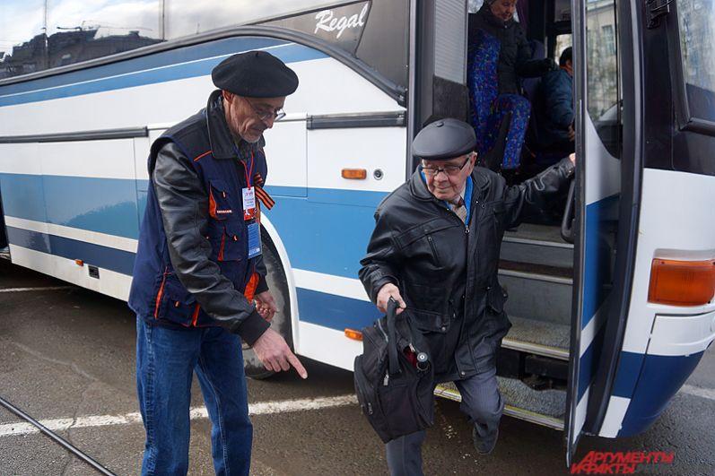 Ветеранов привозили группами на автобусов. Волонтёры встречали пенсионеров и провожали их до мест.