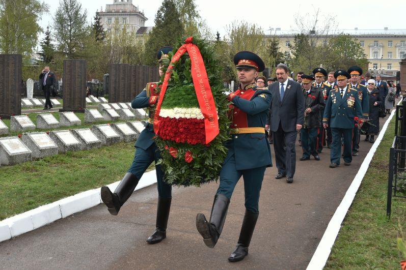 Во главе колонны традиционно шел почетный караул с венком в руках, цветы в котором были выложены в виде флага Татарстана.