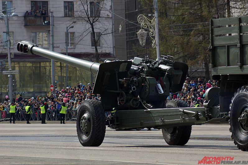 По площади проехалось и новейшее российское 120-мм самоходное артиллерийское орудие 2С31 «Вена», разработанное на Мотовилихинских заводах.