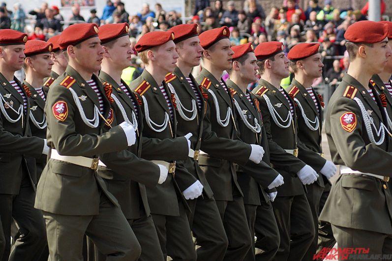 Парадный расчет курсантов и преподавателей Пермского военного института внутренних войск.