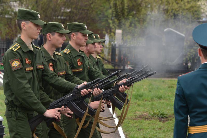 Курсанты в форме времен Великой Отечественной войны исполнили троекратный залп.
