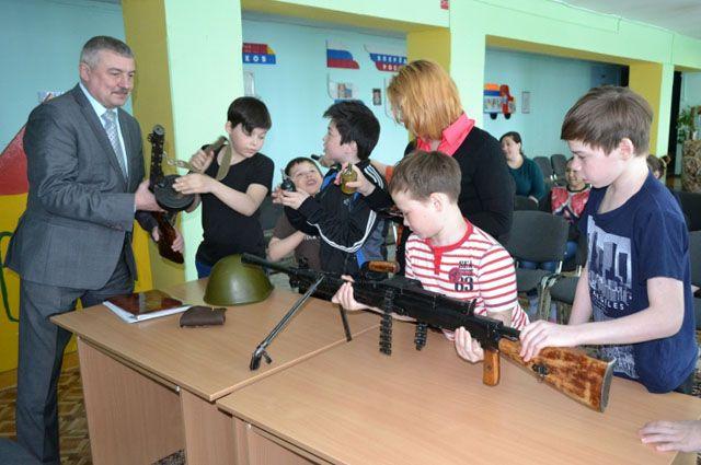 В Надыме воспитанники детского дома смогли подержать в руках настоящее оружие.