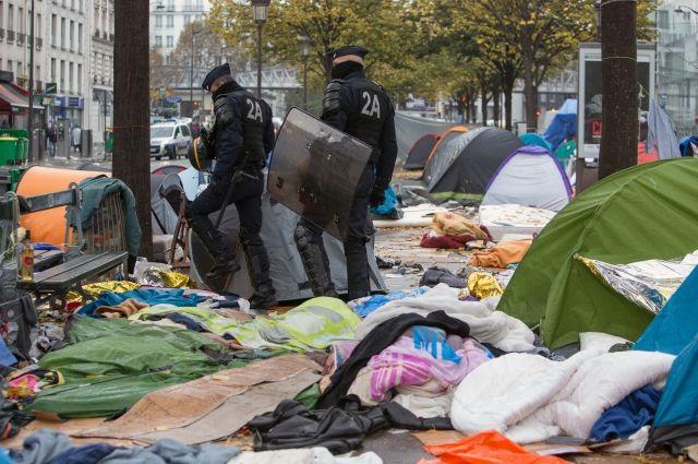 Неменее 1,6 тысячи мигрантов выселили излагеря насевере Парижа
