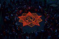 Надымчане выложили горящими лампадами орден Отечественной войны.