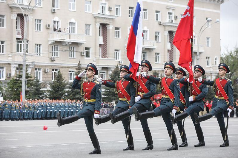 Более 1,5 тысячи военнослужащих и 50 единиц самой современной военной техники Южного военного округа прошли по Театральной площади донской столицы.