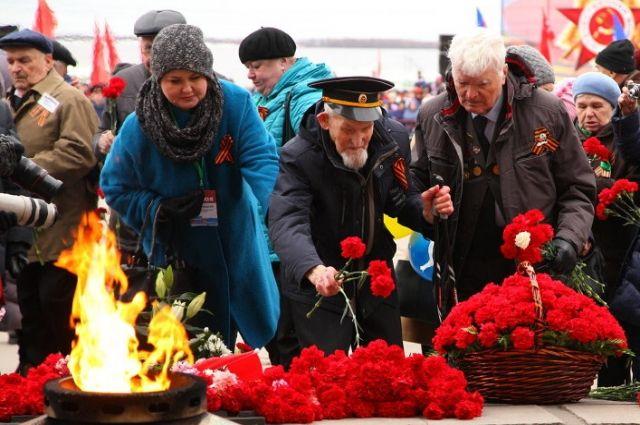 В завершение торжественного митинга возложили цветы к Вечному огню