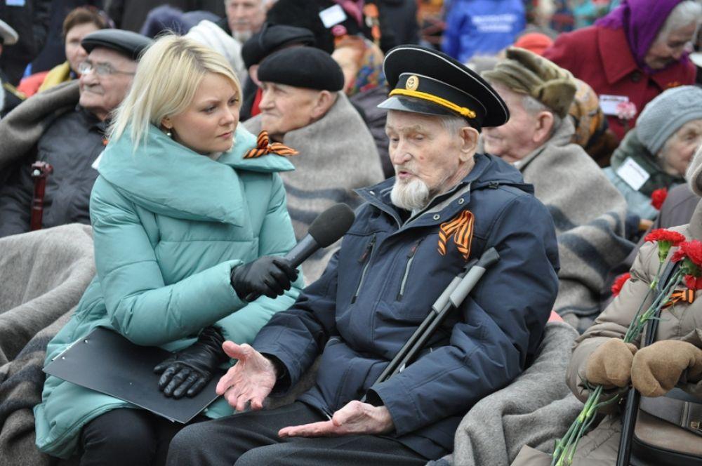 Ветераны сегодня снова собрались у Вечного огня, чтобы почтить память своих сослуживцев, не вернувшихся с фронтов войны