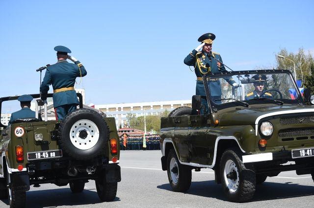 Начальник Омского гарнизона объехал войска и поздравил военнослужащих с Днём Победы.