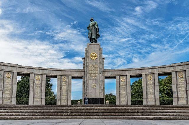 Советский мемориал вТрептов-парке вБерлине осыпали цветами
