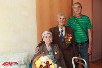 Пенсионеры Доценко с сыном Николаем в новой квартире.