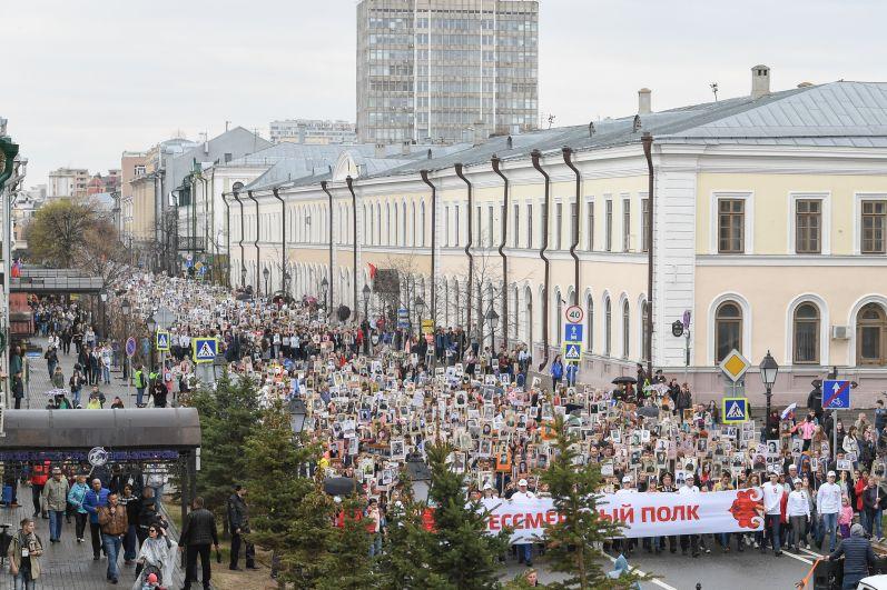 Шествие Бессмертного полка по улице Кремлевской.