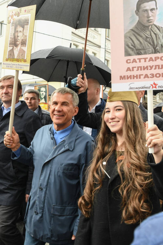 Рустам Минниханов, как и в прошлом году, нес портрет своего дяди Галимзяна Минниханова, погибшего в 19 лет в битве под Москвой.