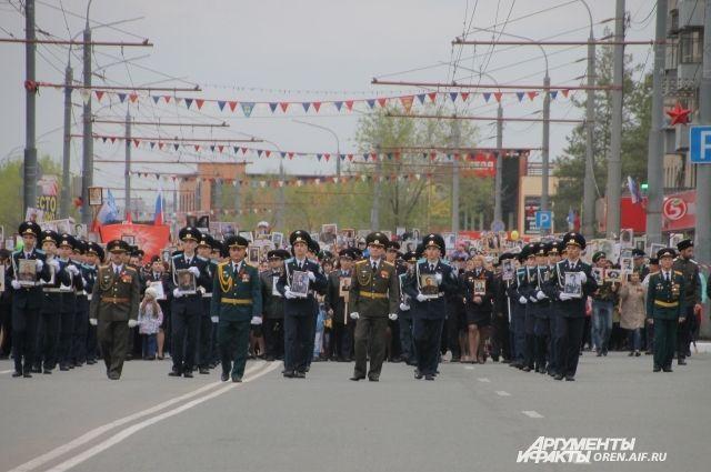 Шествие возглавили кадеты.