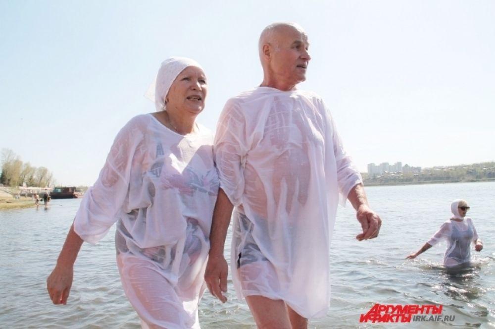 По словам спортсменов, вода в реке Ангаре была на отметке в три градуса и по ощущениям теплой.