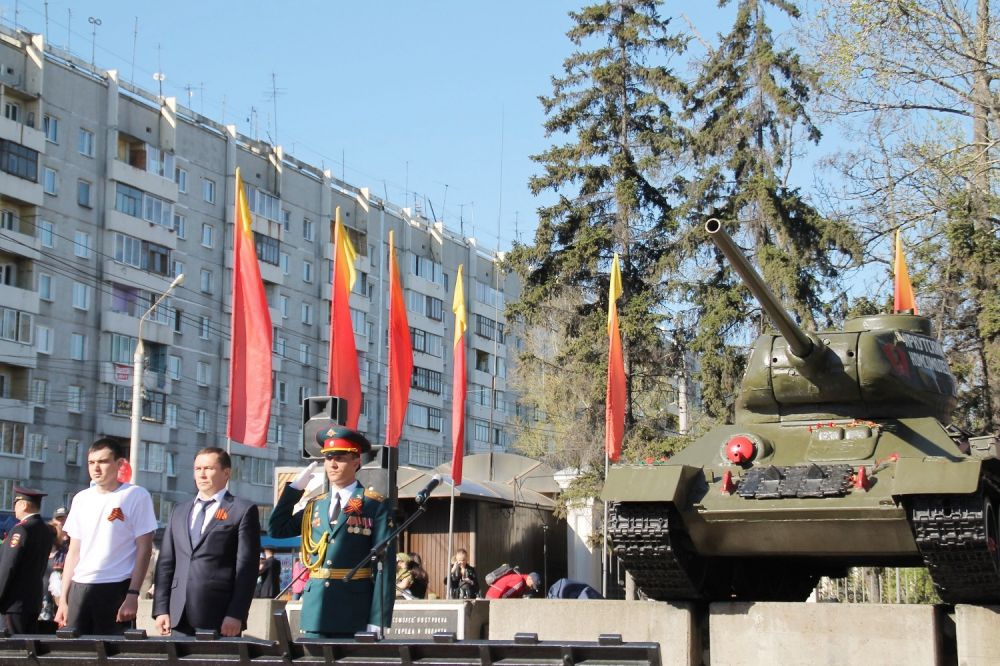 Молодежный митинг у танка «Иркутский комсомолец».