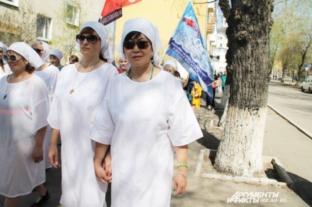 Все, кт ов этот день решил принять учатсие в заплыве, надели крестильные рубашки.