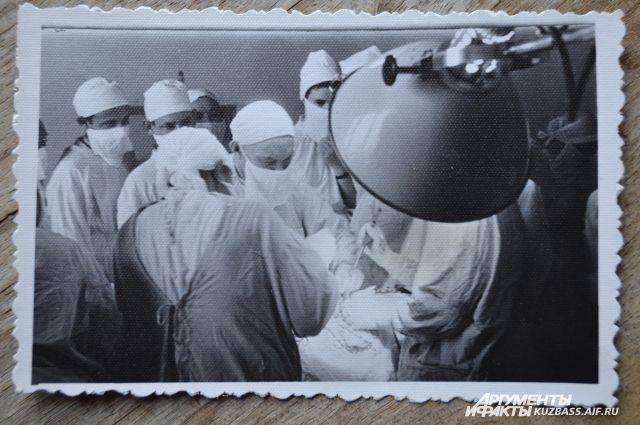 В Кемерове Анне Сергеевне спасли руку, а сделал это легендарный врач Михаил Подгорбунский.