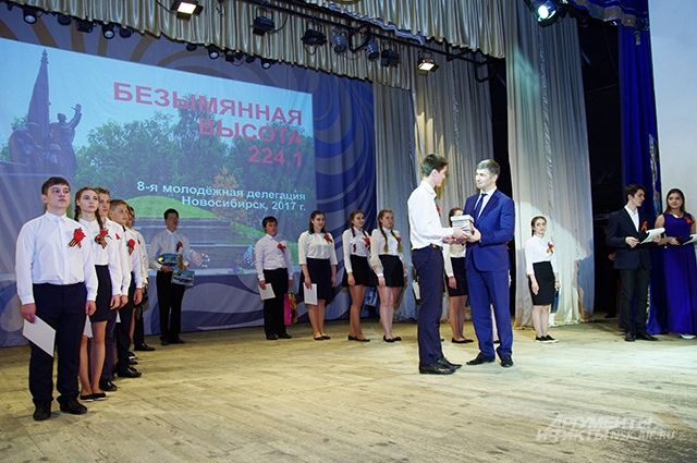 18 школьникам вручили сертификаты на поездку в Калужскую область