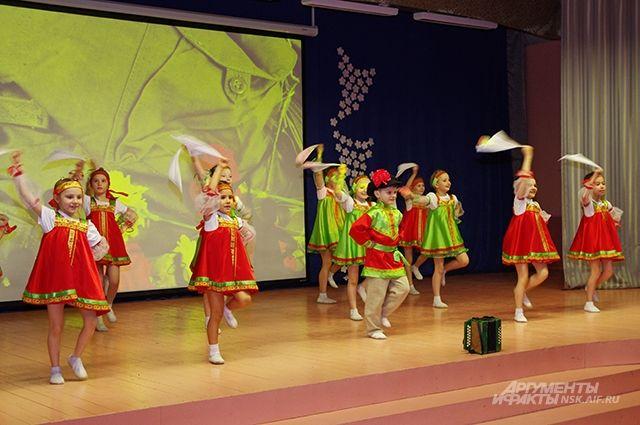 Ученики школы №202 поздравили ветеранов танцами и песнями