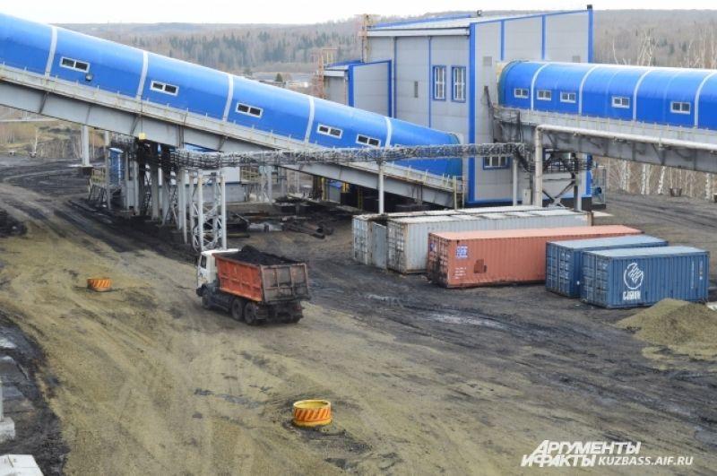Фабрика имеет несколько закрытых и открытых складов и тут же на месте отгружает уголь на четырёх железнодорожных путях потребителю – до 700 тонн в час. Крытые склады тоже снижают выбросы пыли в атмосферу.