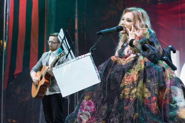 Юлия Самойлова выступает на концерте, посвящённом празднованию Дня Победы, на площади Нахимова в Севастополе.