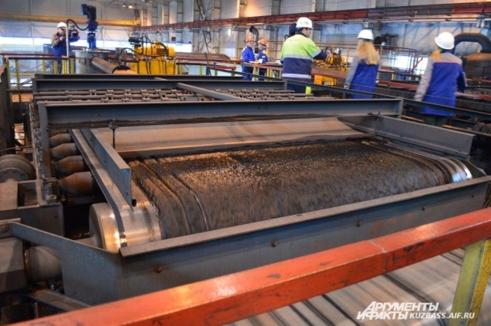 Весь уголь, прежде чем отправиться к потребителям, идёт на переработку. Фабрика обогащает три вида топлива: сортовой уголь, угольный концентрат и энергетический уголь.
