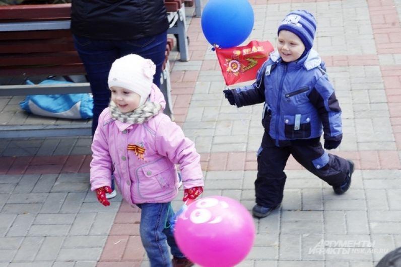 Маленькие дети веселили и танцевали перед сценой