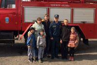 Дети захотели фото на память со своими спасителями