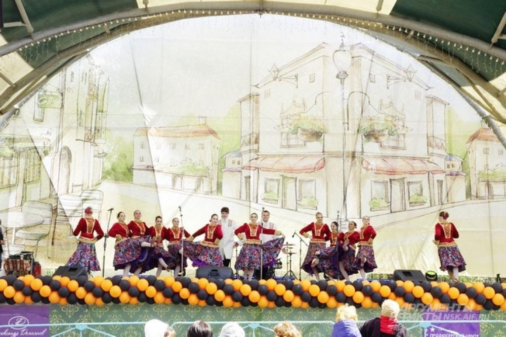 Тем временем, на главной сцене парка культуры и отдыха им. Кирова выступали известные городу артисты и художественные коллективы