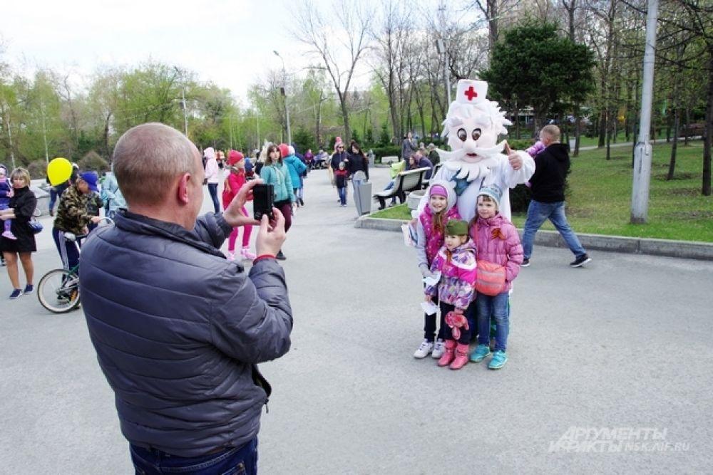Гости праздника фотографировались с МедДедом из компании «Медтехника для дома»