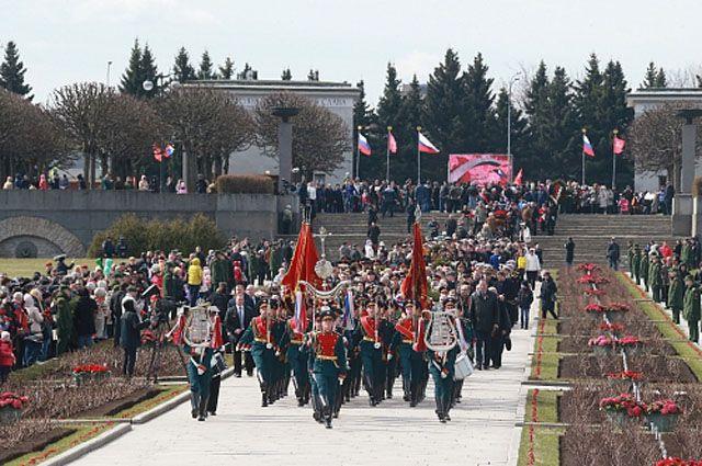 Ямальцы возложили цветы к монументу «Мать-Родина».
