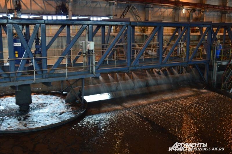 Примечательна фабрика тем, что работает на замкнутой водно-шламовой схеме: вода тут «идёт» по кругу и никуда не сбрасывается, а обогащается.