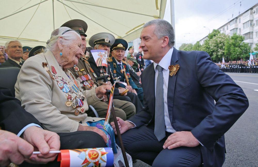 Глава Республики Крым Сергей Аксёнов приветствует ветеранов.